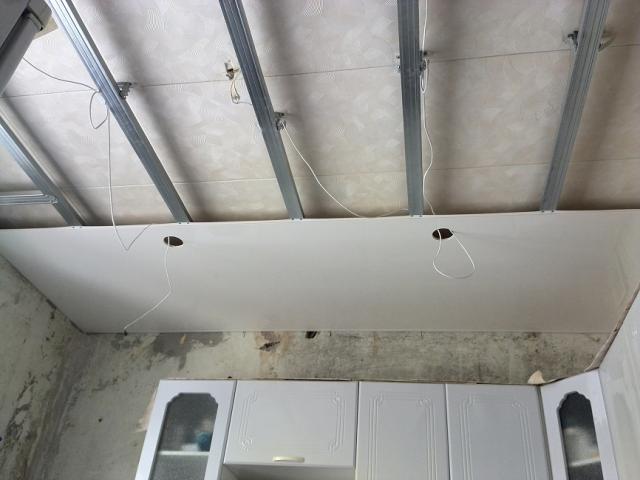 Сборка и установка подвесного потолка